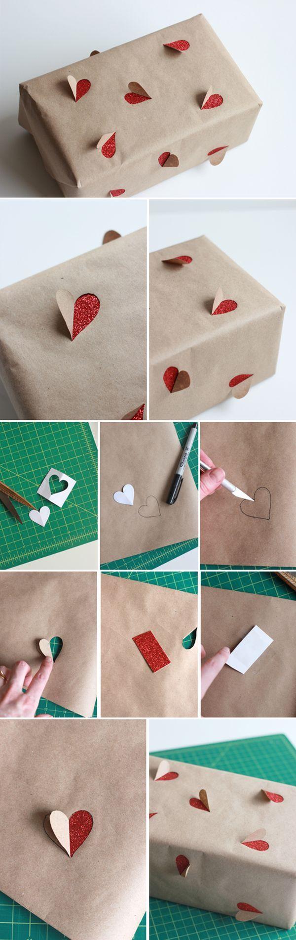 упаковка подарка сердечками